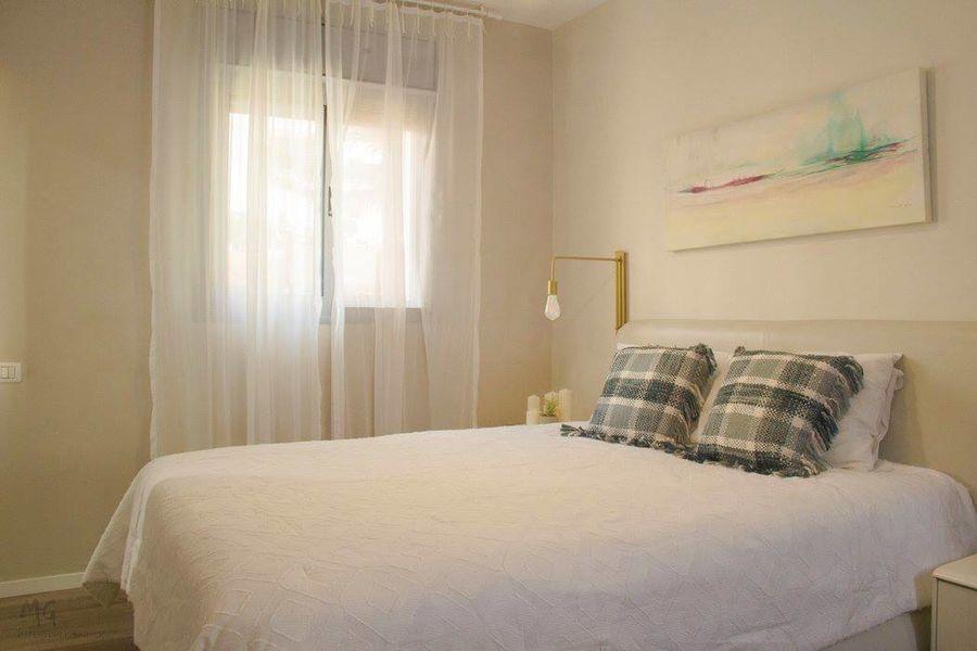 """הדפס אמנותי של """"נוף (ש)מיימי משתלב בעדינות בחדר השינה הרך והרומנטי"""