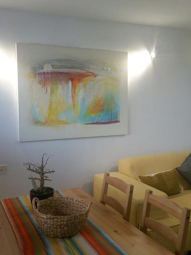 הציור שפע מוסיף אור ויצירתיות לבית יפיפה בירושלים