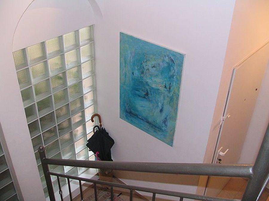 """""""אבסטרקט כחול"""" במעלה המדרגות"""