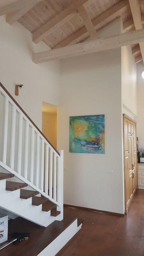 """הדפס של """"חפש"""" מאיר את מורד המדרגות של בית יפיפה בקיבוץ המעפיל"""