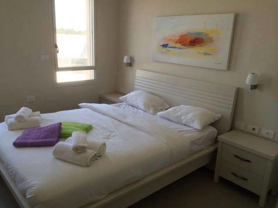 הדפס בחדר שינה של צימר יפיפה בראש פינה