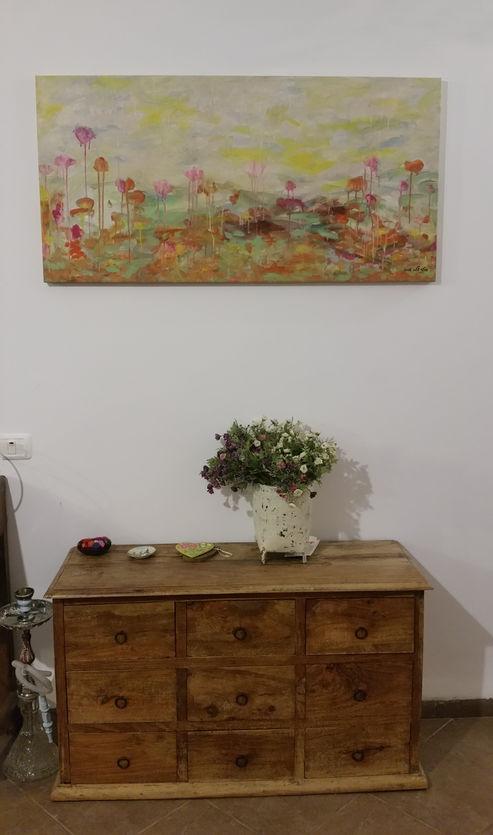 """הדפס של """"פרחי אביב"""" בבית כפרי ביסוד המעלה"""