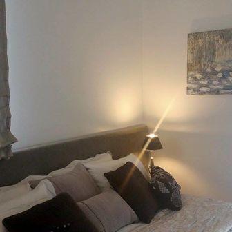 """הדפס """"חבצלות מים"""" בחדר שינה של בית לדוגמא בבקעה, עיצוב: אנט פרומר"""