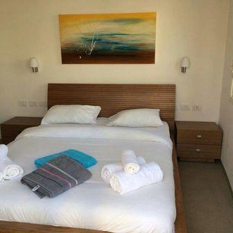 """""""שירת הים"""", בחדר שינה של צימר יפיפה בראש פינה"""