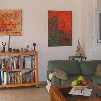 אבסטרקטים צבעוניים בחלל מגורים בבית בנילי